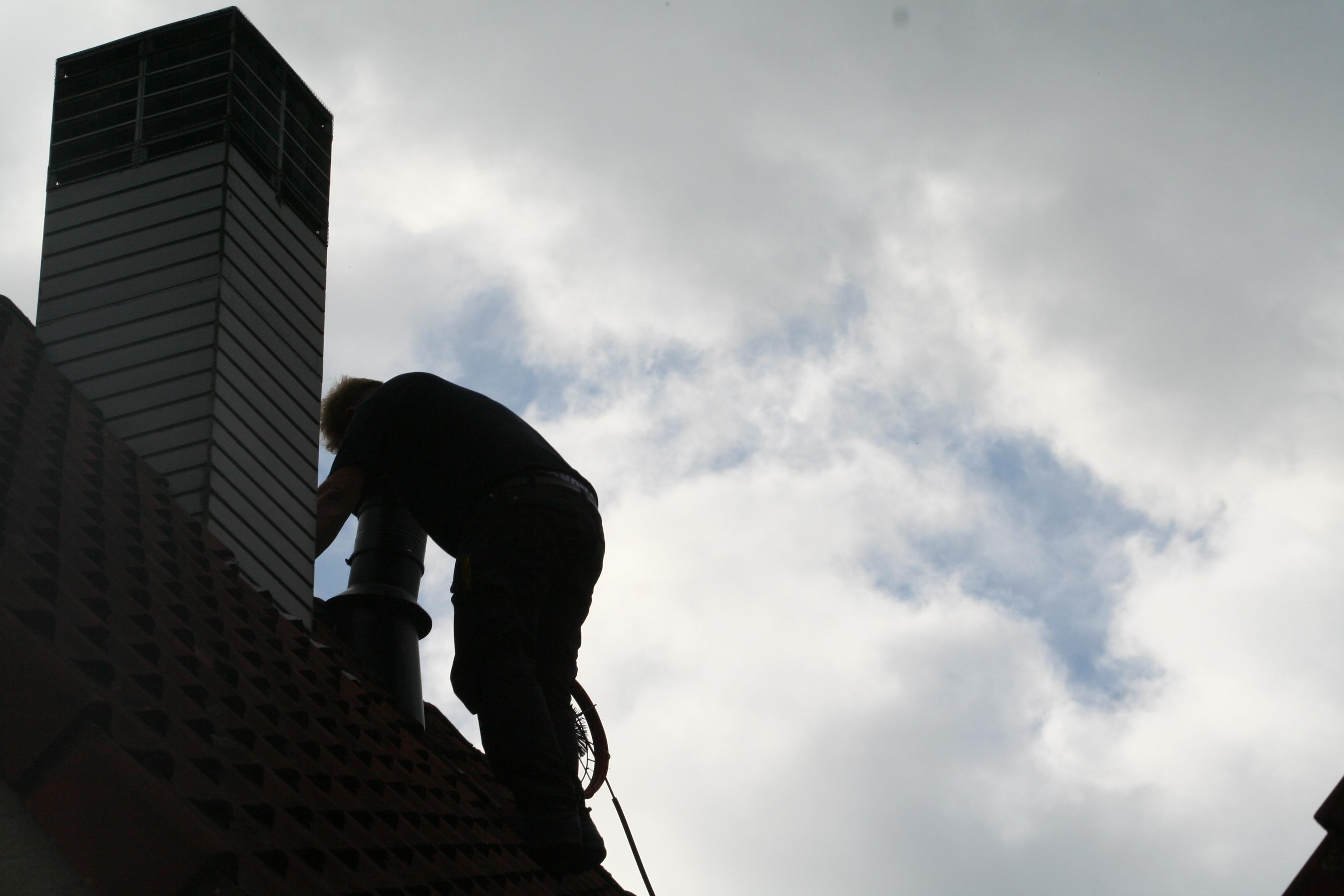 hoekstraschoorsteen veegt schoorstenen voornamelijk vanaf het dak